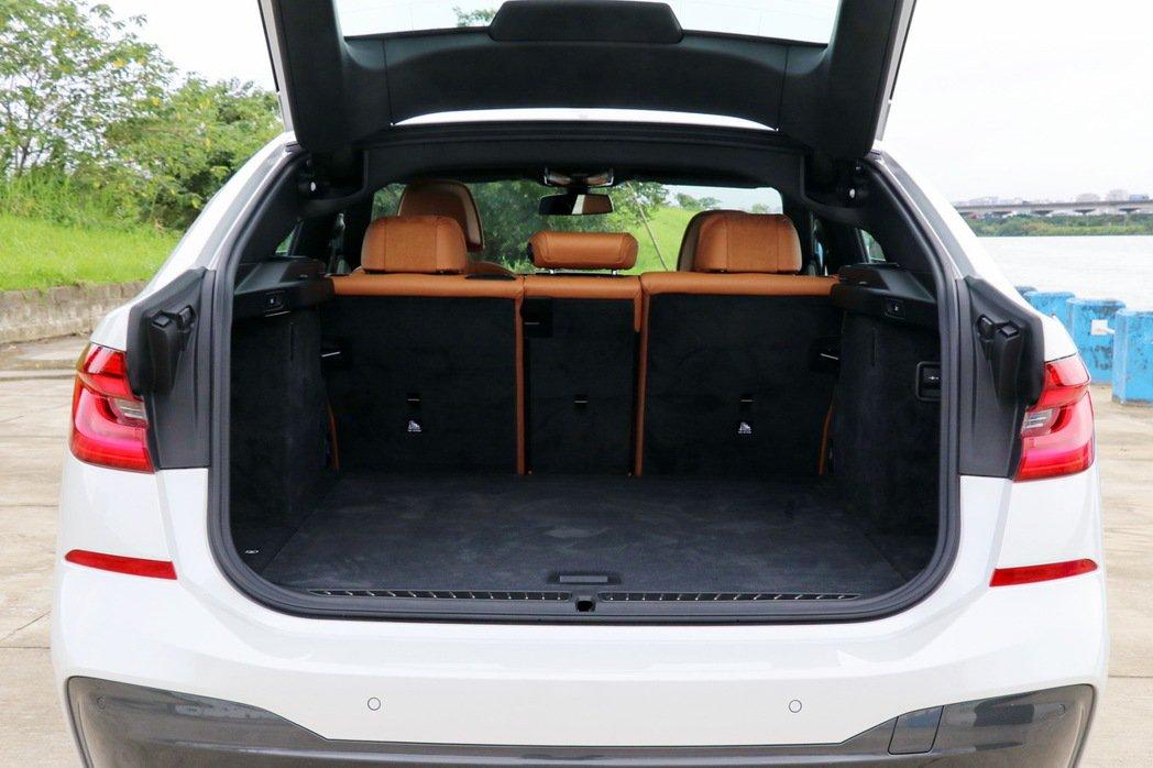 在一般狀態下行李廂容量為610公升,已經可以放4具長46英吋的高爾夫球桿袋。 記者陳威任/攝影