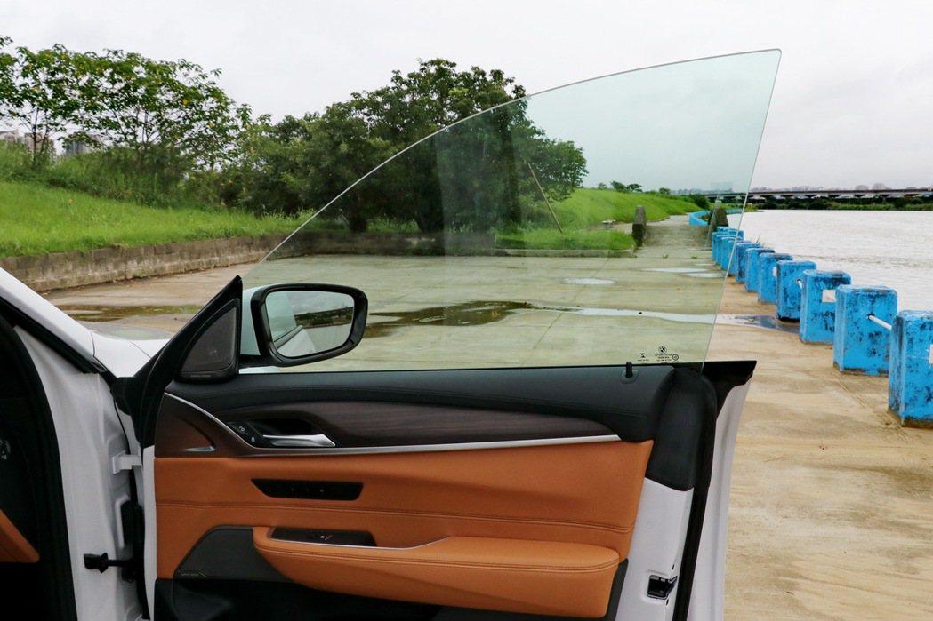 無窗框的車門設計。 記者陳威任/攝影