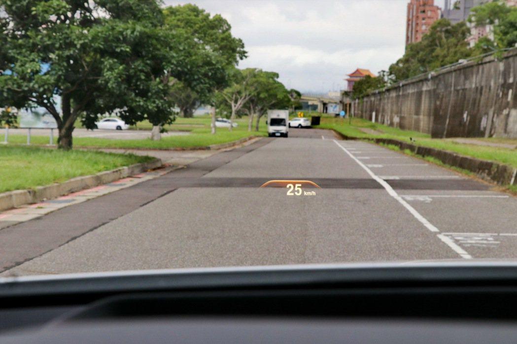 車況抬頭顯示器列為標準配備。 記者陳威任/攝影