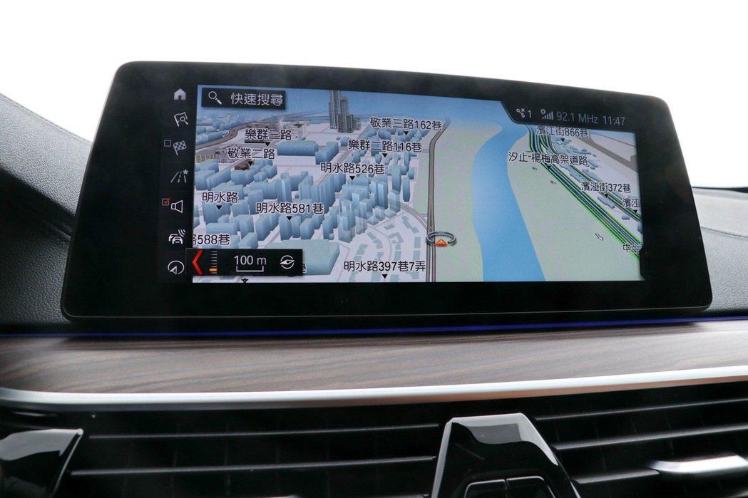 10.25吋中控觸控螢幕整合原廠衛星導航等功能。 記者陳威任/攝影