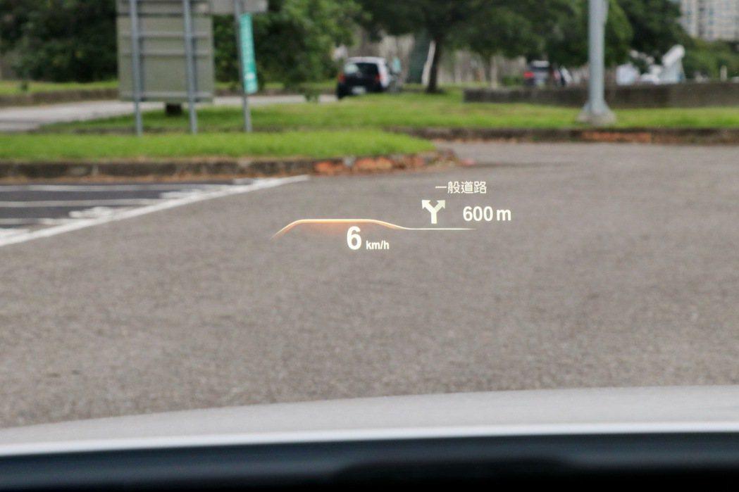 車況抬頭顯示器也可以將導航資訊等投影在駕駛者的視線前方。 記者陳威任/攝影