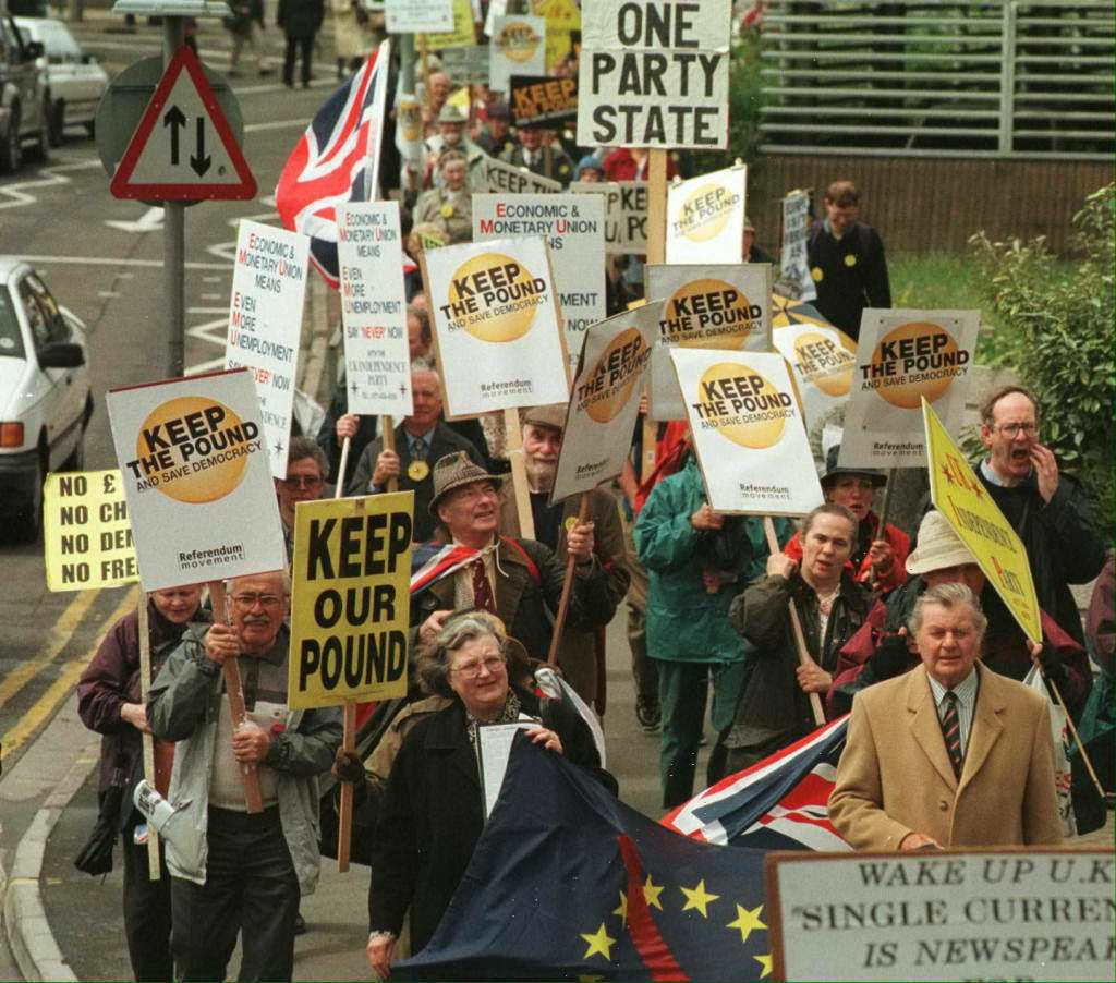 1992年歐洲各國在簽訂馬斯垂克條約後開始推行單一貨幣,爾後幾年,歐洲街道上都可...