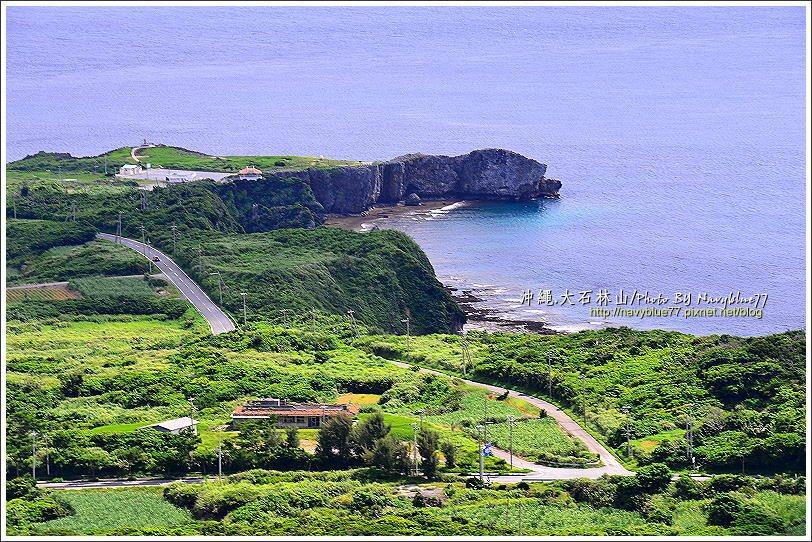 ↑由展望台望沖繩極北的邊戶岬,岬角像百步蛇頭伸向大海。