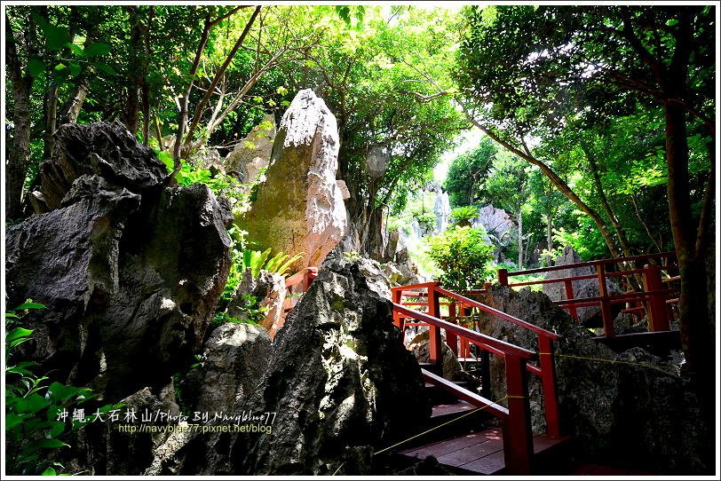 ↑部分路段有紅色的木棧階梯。