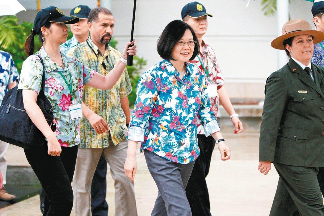 蔡英文總統28日過境夏威夷時身著夏威夷衫,參觀珍珠港亞利桑那號戰艦紀念館。 路透