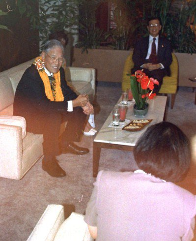 前總統李登輝1997年出訪夏威夷,在機場的州長貴賓室與迎接他的夏威夷州副州長(背...