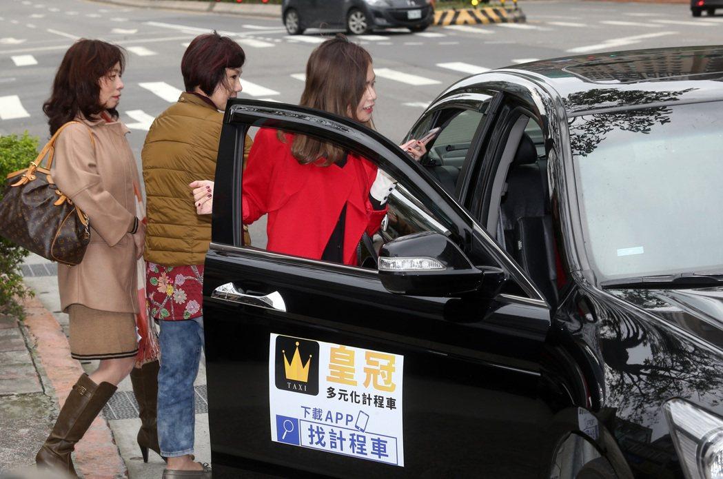圖為第一家合格的皇冠多元化計程車隊,業者表示多元計程車其實就是合法的本土UBER...