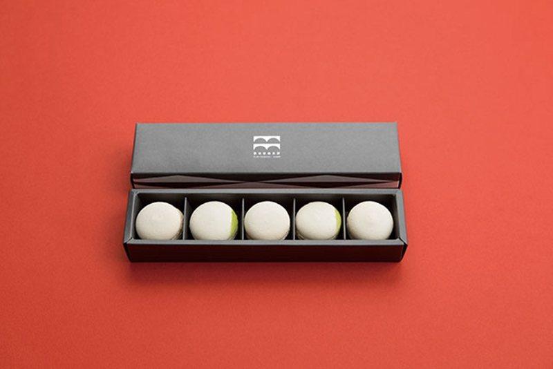 白いマカロン(白色馬卡龍)¥1620/精美的包裝設計,從裡到外都時尚感十足。