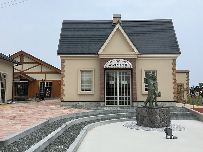 入口處可以看到新一與小蘭的雕像。