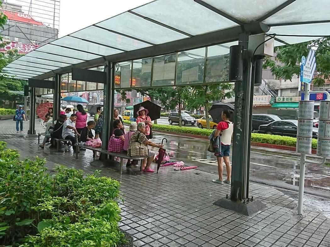 汐止火車站的公車候車亭下雨就會漏水,民眾抱怨等車不方便,透過line向市議員廖正...