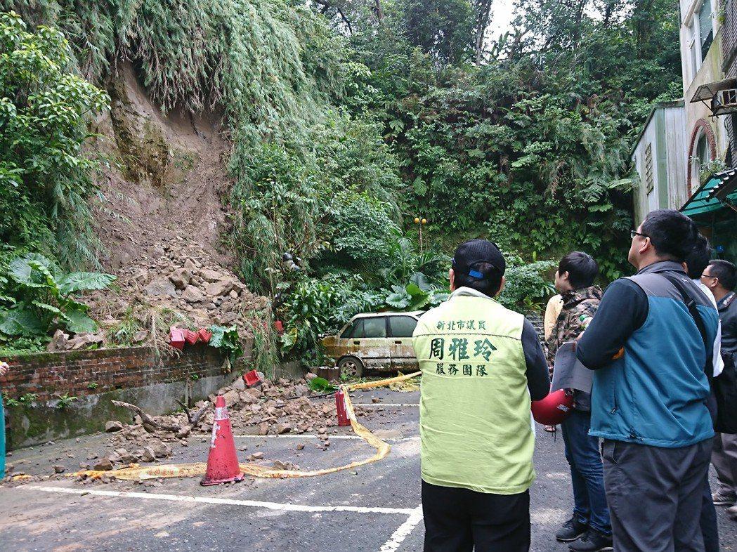 汐止汐萬路二段的明園山莊大片坍方,讓附近住戶很擔心,地方會勘要求先掛網應急,接著...