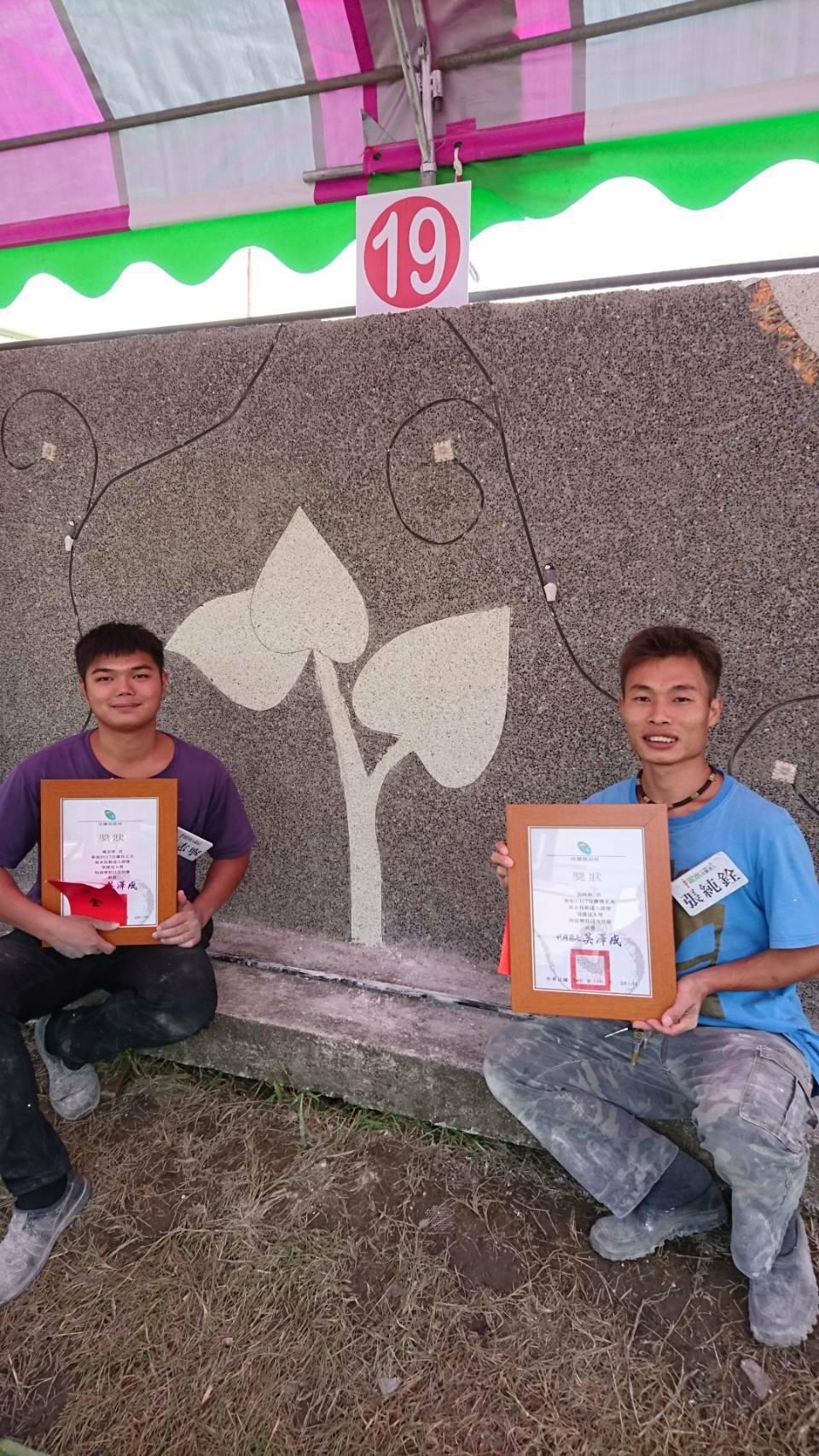 宜蘭縣水泥師傅張純銓(右)及戴志寧(左)以萌芽樹苗和曲線設計,簡單線條呈現深厚的...
