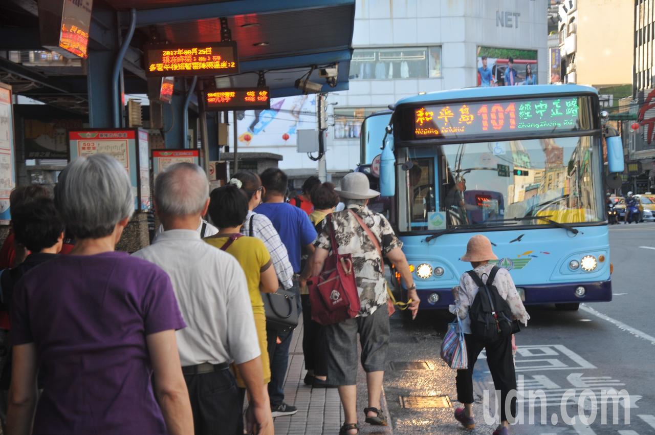 基隆市65歲以上老人可持社福卡免費搭市公車,一 天想搭幾次都沒關係,二信公車循環...