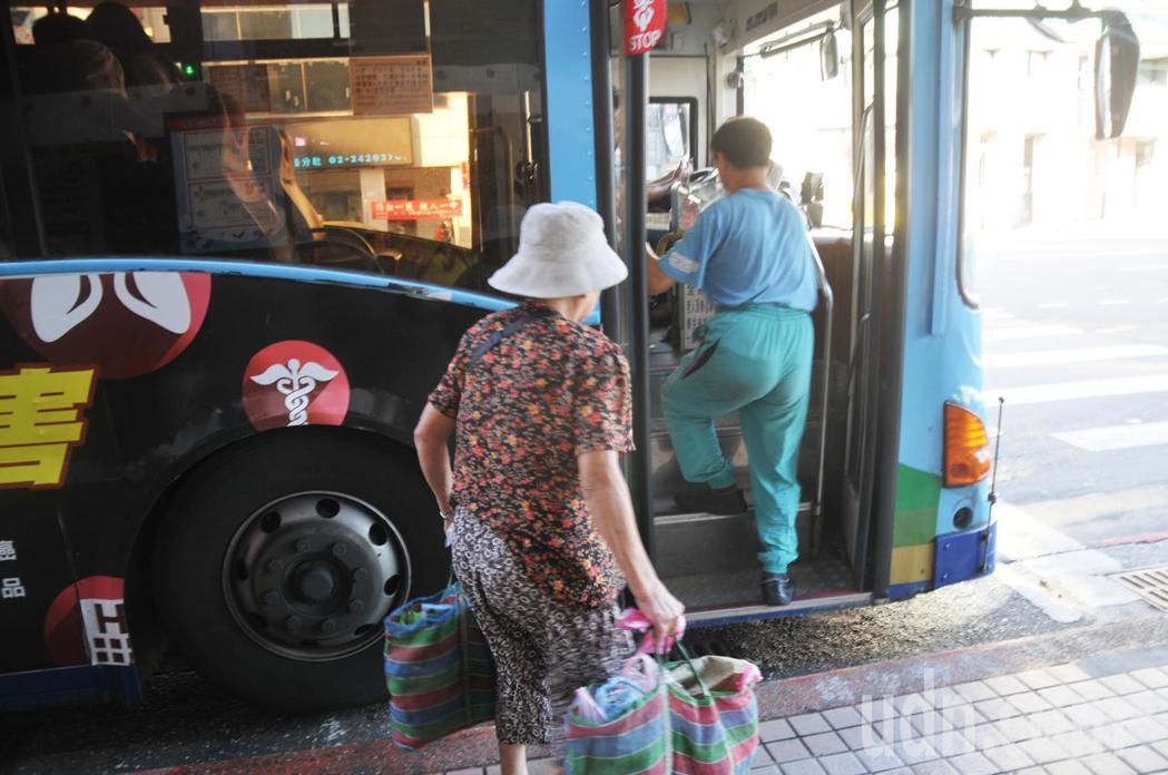 仁五路公車站牌臨近市場,很多老人家買菜後提著大包小包上公車。記者游明煌/攝影