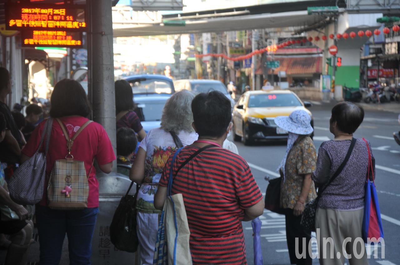基隆市65歲以上老人可持社福卡免費搭市公車,一 天想搭幾次都沒關係,仁五路很多老...