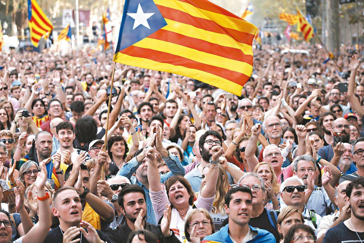 加泰隆尼亞獨派民眾在議會通過獨立宣言提案後歡聲雷動。美聯社