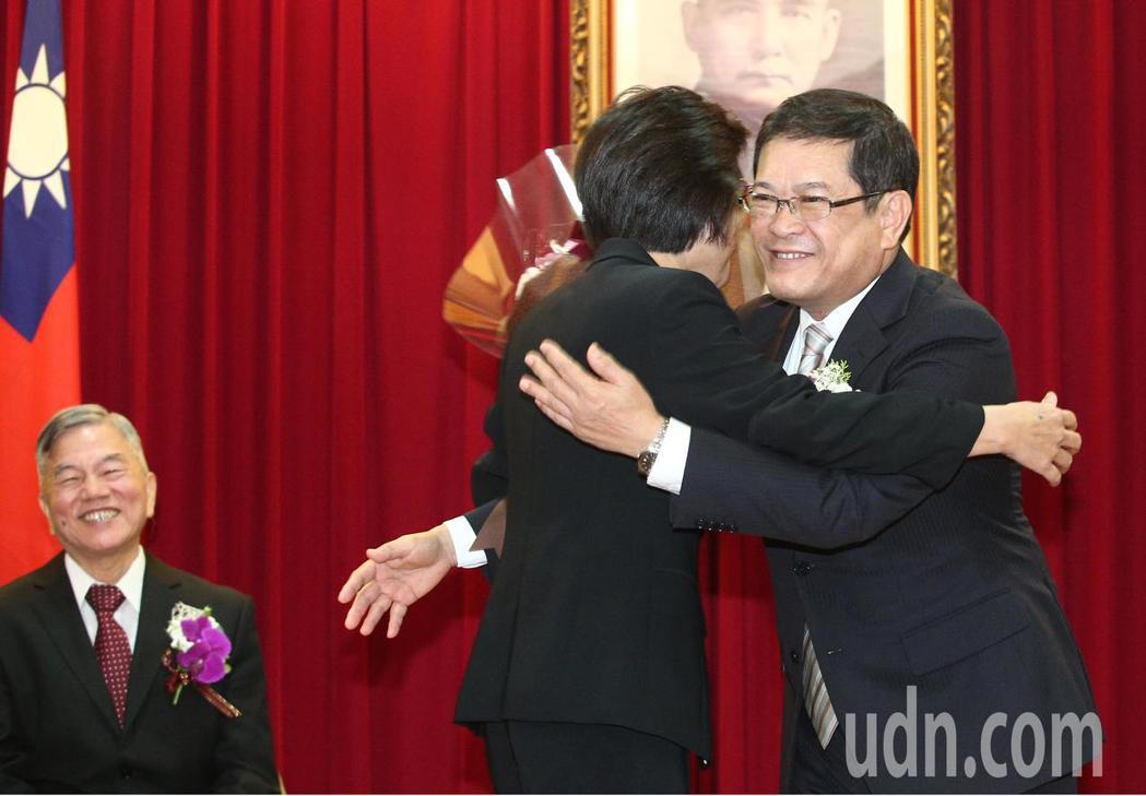 在經濟部服務四十年的常務次長楊偉甫(右)將接任台電董事長,上午舉行歡送會,並獲經...