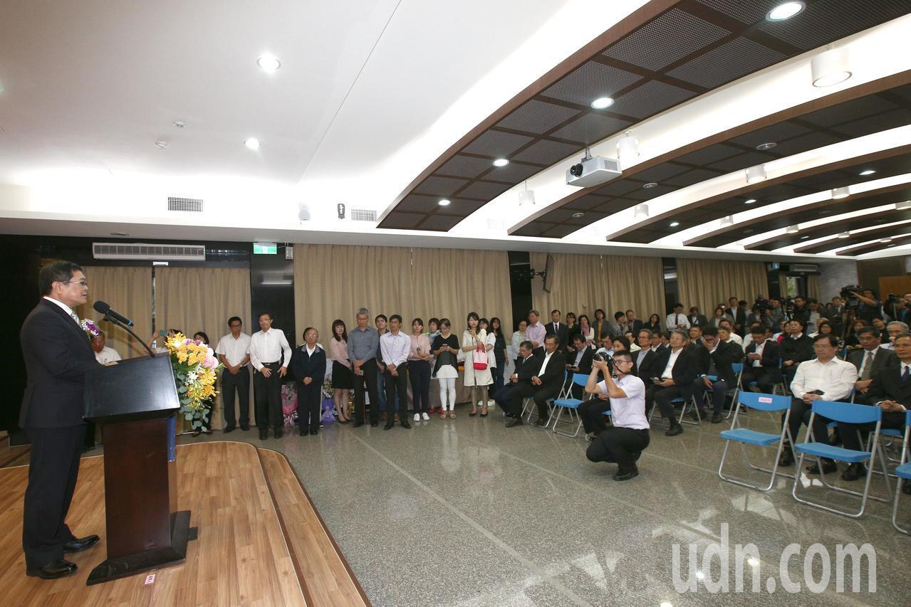 在經濟部服務四十年的常務次長楊偉甫(左一)將接任台電董事長。記者蘇健忠/攝影
