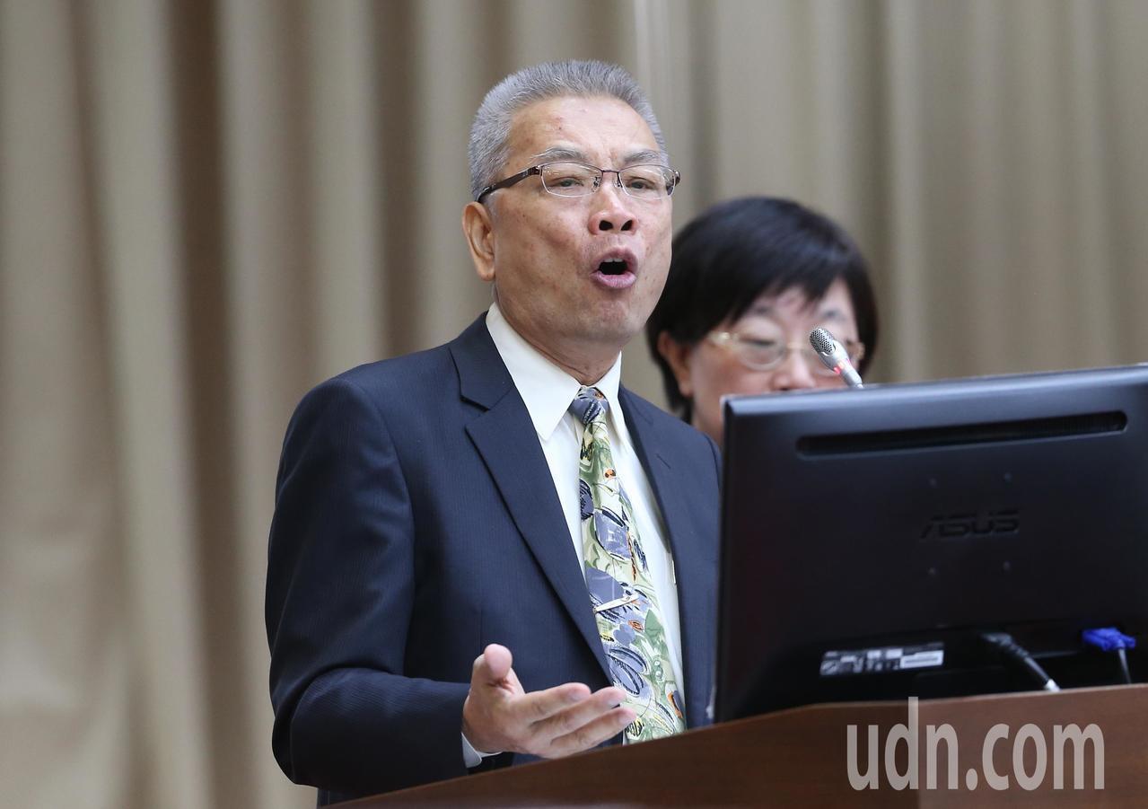 財政部長許虞哲列席立法院財政委員會,針對立委質詢進行答詢。記者許正宏/攝影