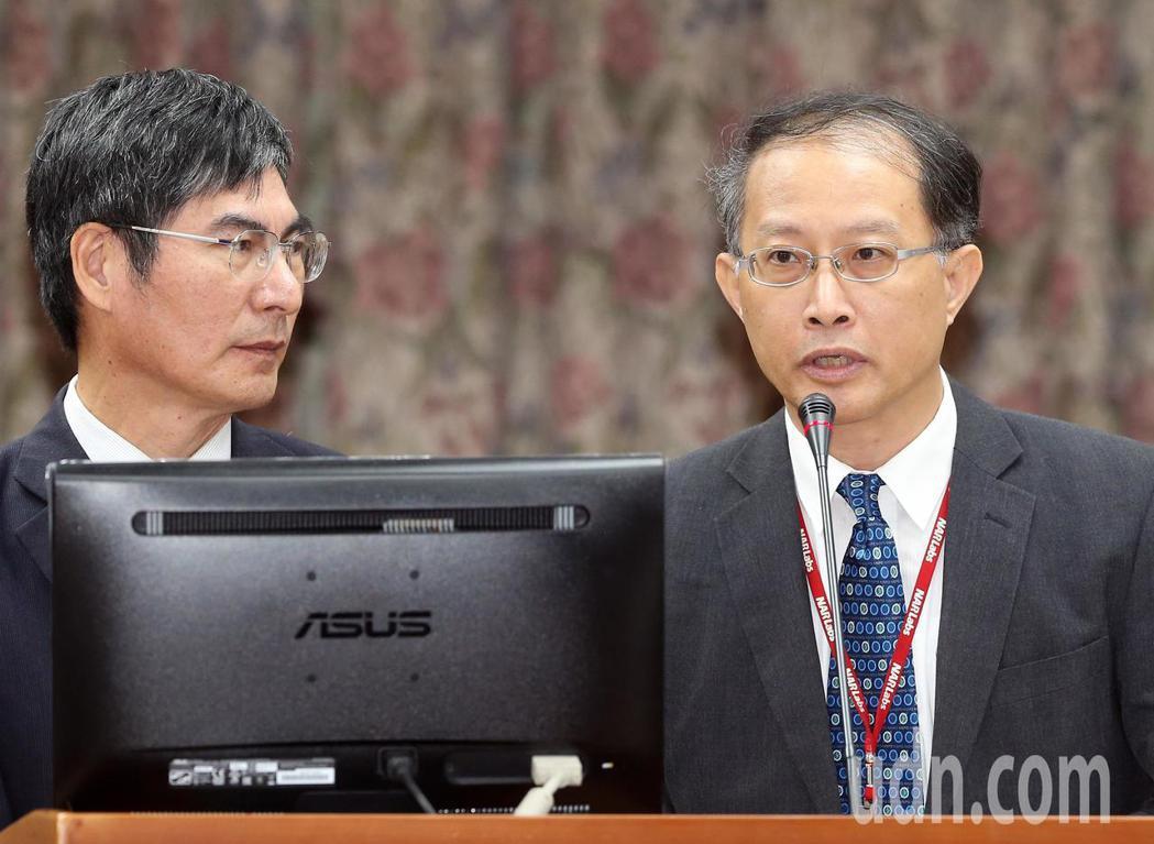 科技部長陳良基(左)與國家太空中心副主任余憲政(右)赴立法院備詢。記者許正宏/攝...