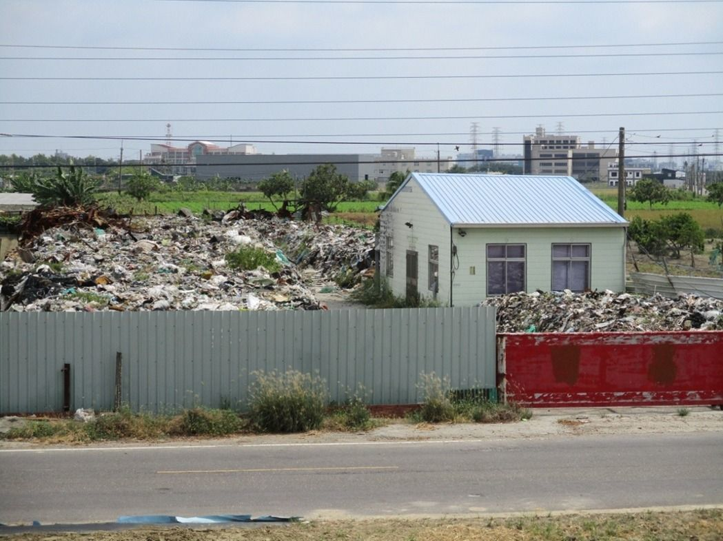 農地違建、違法占用氾濫,圖為善化胡厝農地被堆置混合五金廢料。 本報資料照片