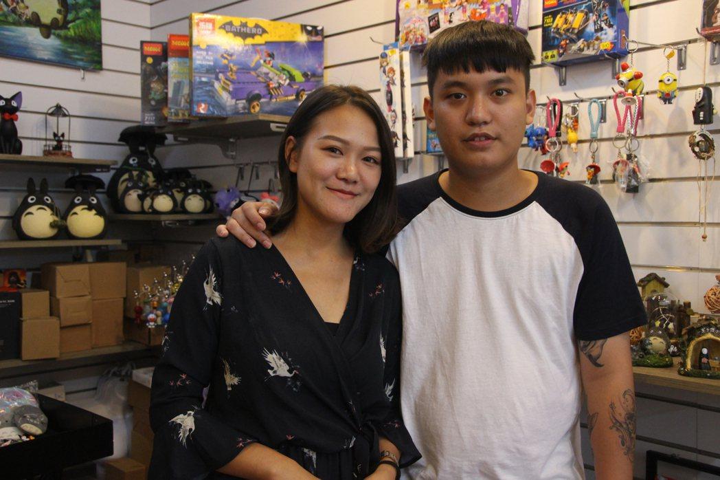 公仔達人陳威宇(右)在彰化經營公仔店有心得。記者林敬家/攝影