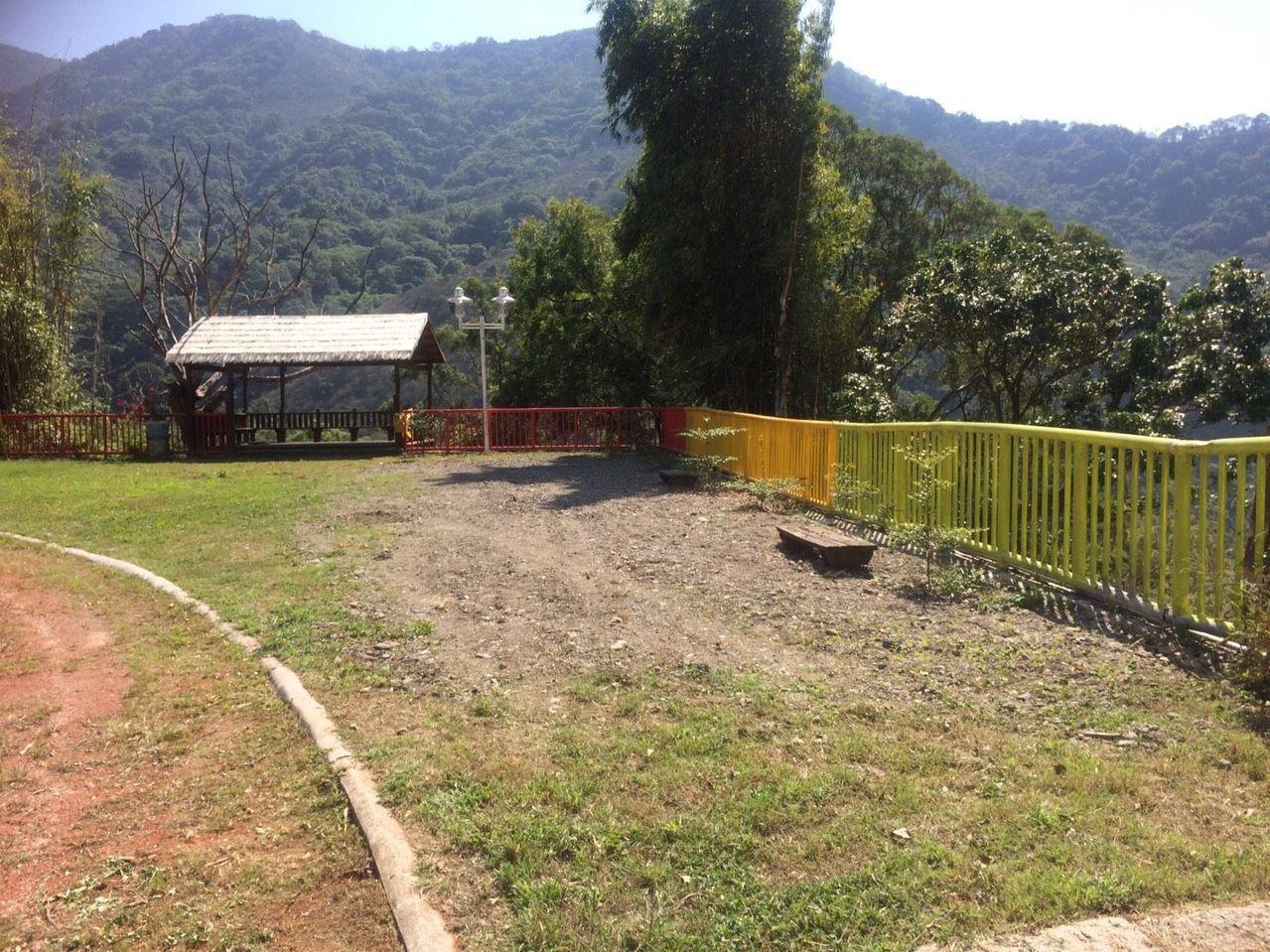 崩塌處位處跑道旁,校方說,從另一個角度看過去,距離懸崖還有一段距離。圖/高市教育...
