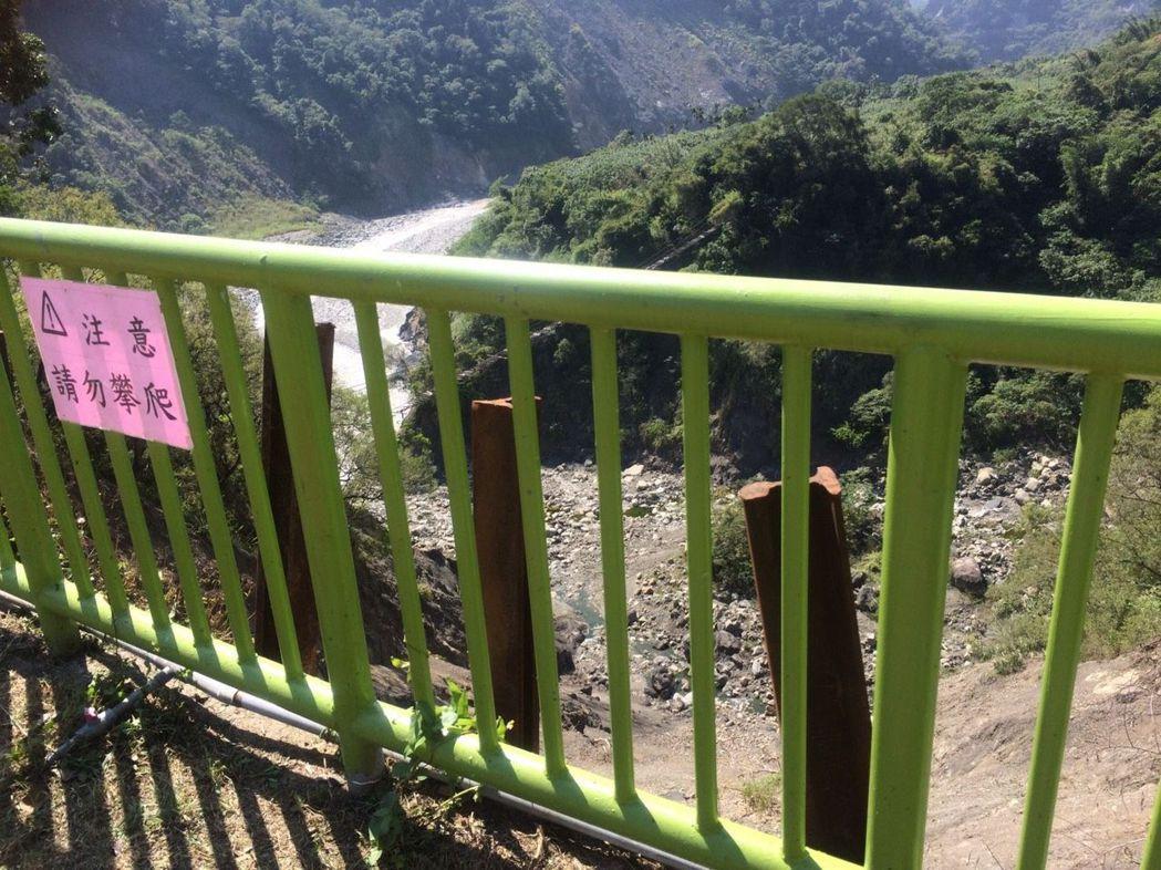 去年9月颱風導致邊坡崩塌,興中國小設立欄杆與告示牌。圖/高市教育局提供