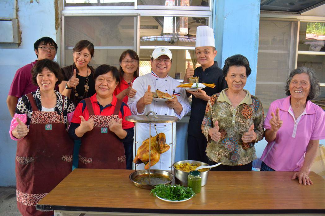 台南左鎮公館社區在高雄餐旅大學老師協助,開發萬壽菊、薑黃等料理。記者吳淑玲/攝影