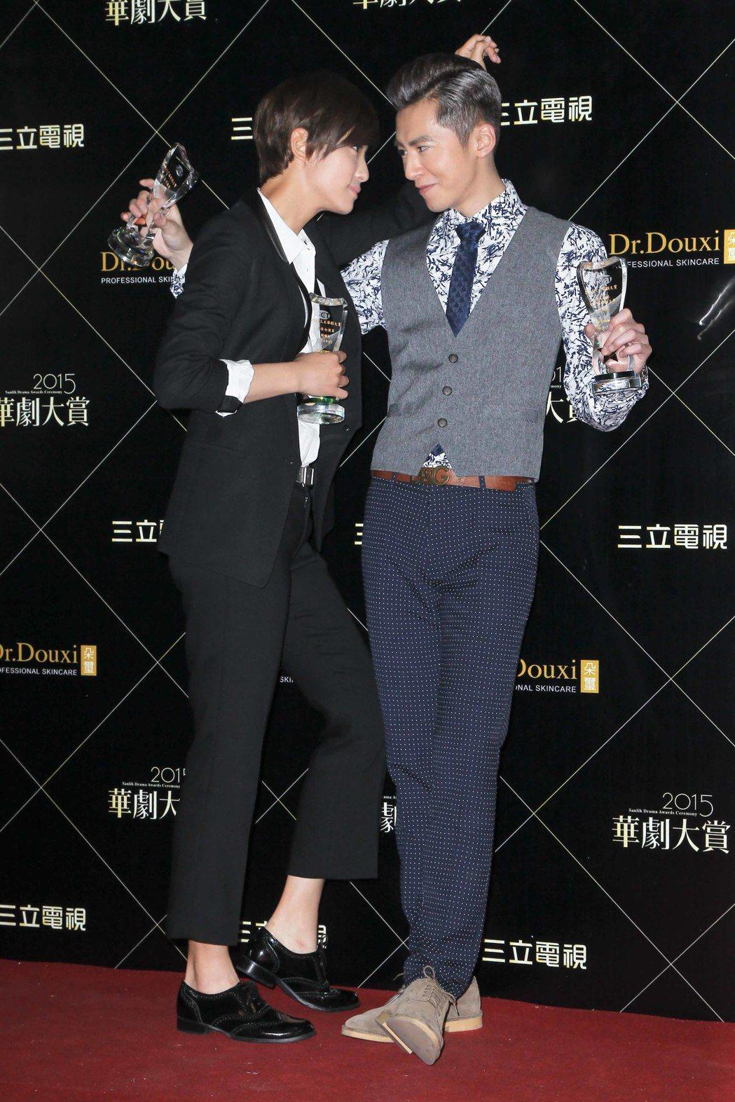 李國毅(右)、賴雅妍曾在「華劇大賞」中比帥。圖/三立提供