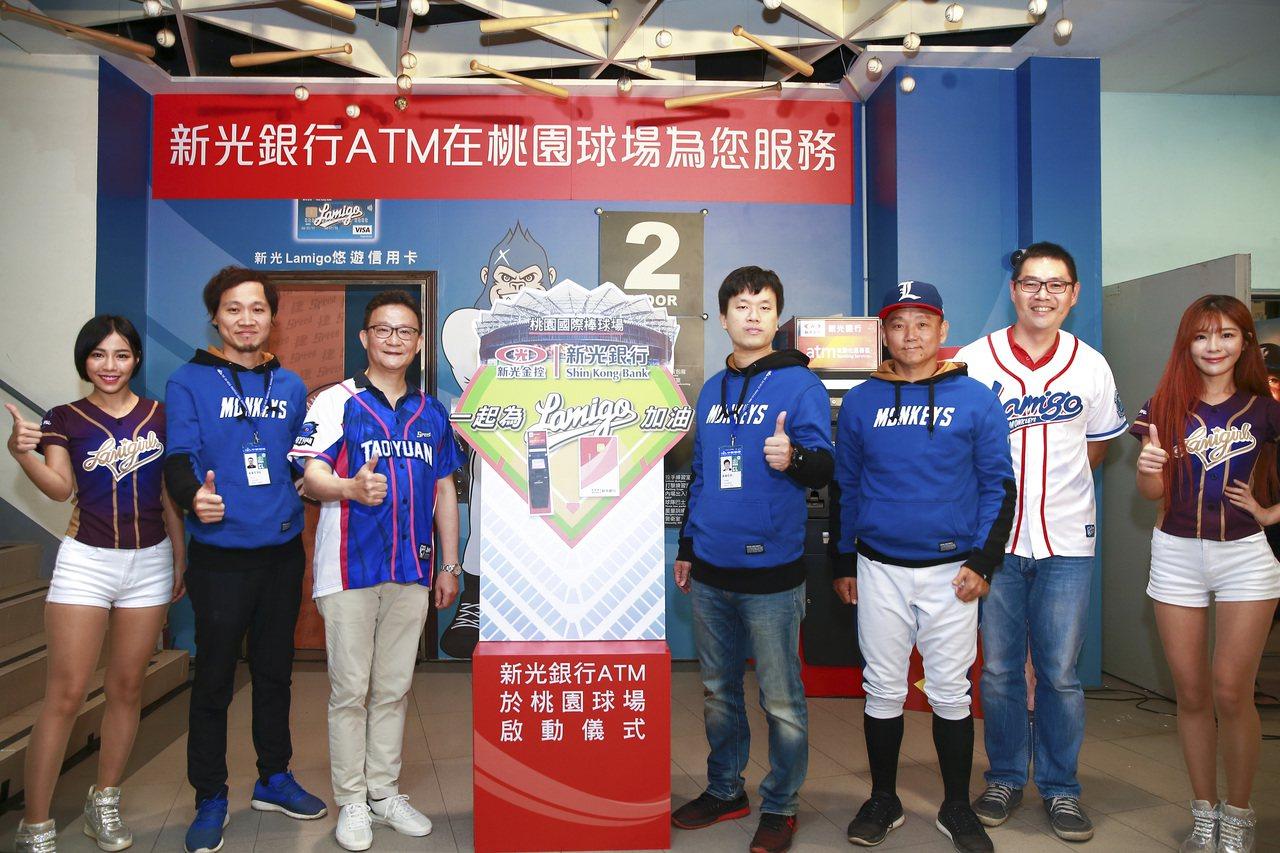(左二起)桃猿Lamigo副領隊浦韋青、新光銀行總經理謝長融、桃猿Lamigo領...