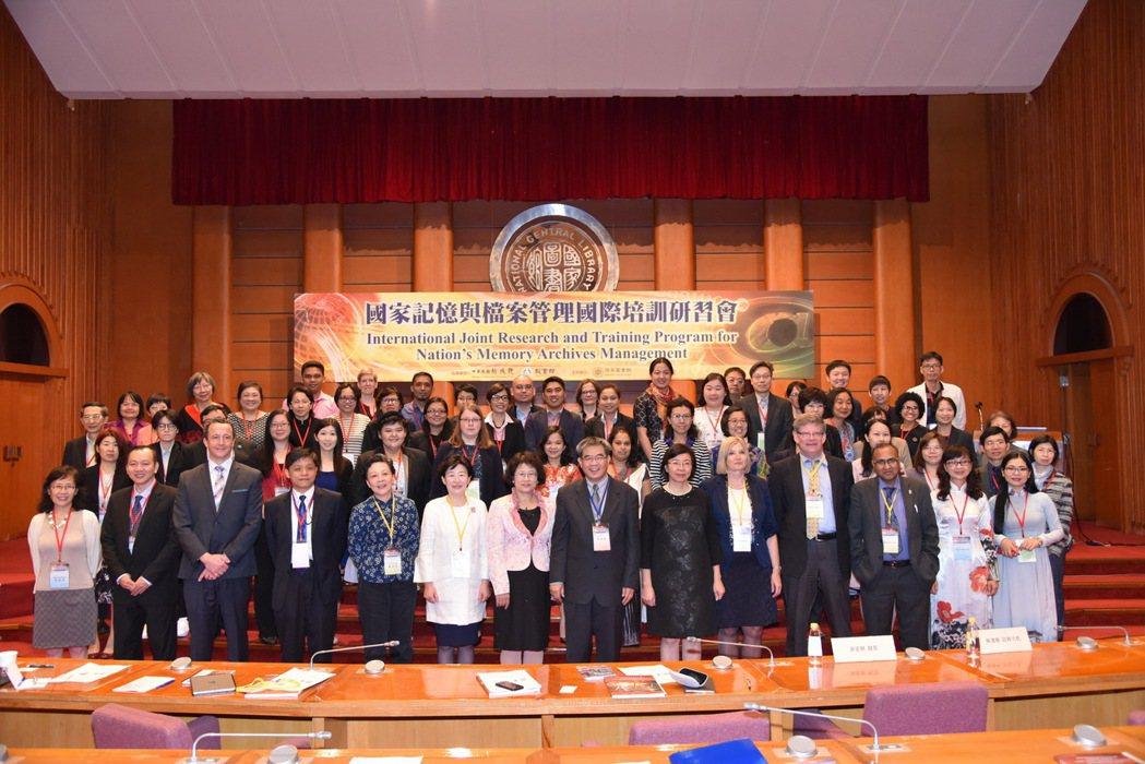 國家圖書館今天在國際會議廳舉辦「國家記憶與檔案管理研習會」,共計9個新南向國家參...