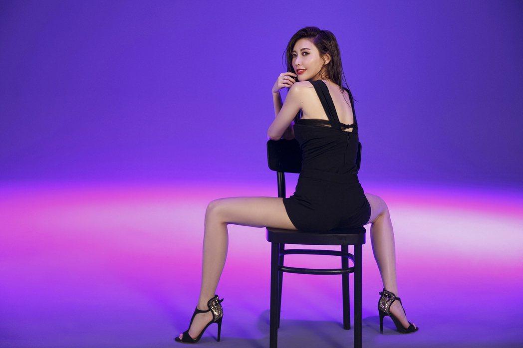 愷樂MV大跳勾人攝魂的「椅子舞」。圖/EMI提供
