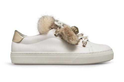TODS毛球裝飾水鑽釘釦運動鞋,44,600元。圖/迪生提供