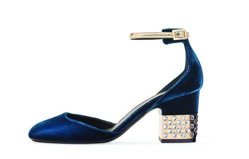 Roger Vivier PODIUM天鵝絨繫帶鑽飾跟鞋,49,600元。圖/迪...