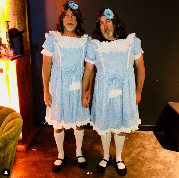 布魯斯威利(左)和助理史蒂芬耶斯扮成經典恐怖片「鬼店」裡的雙胞胎女孩。圖/摘自I