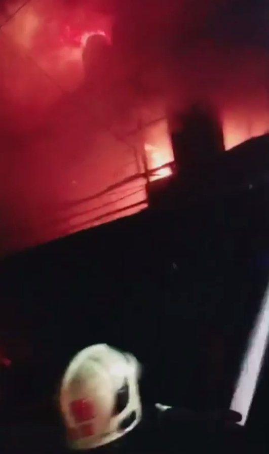 新莊區瓊林南路62巷6號的塑膠工廠發生火警,消防隊員搶救中。 記者林昭彰/翻攝
