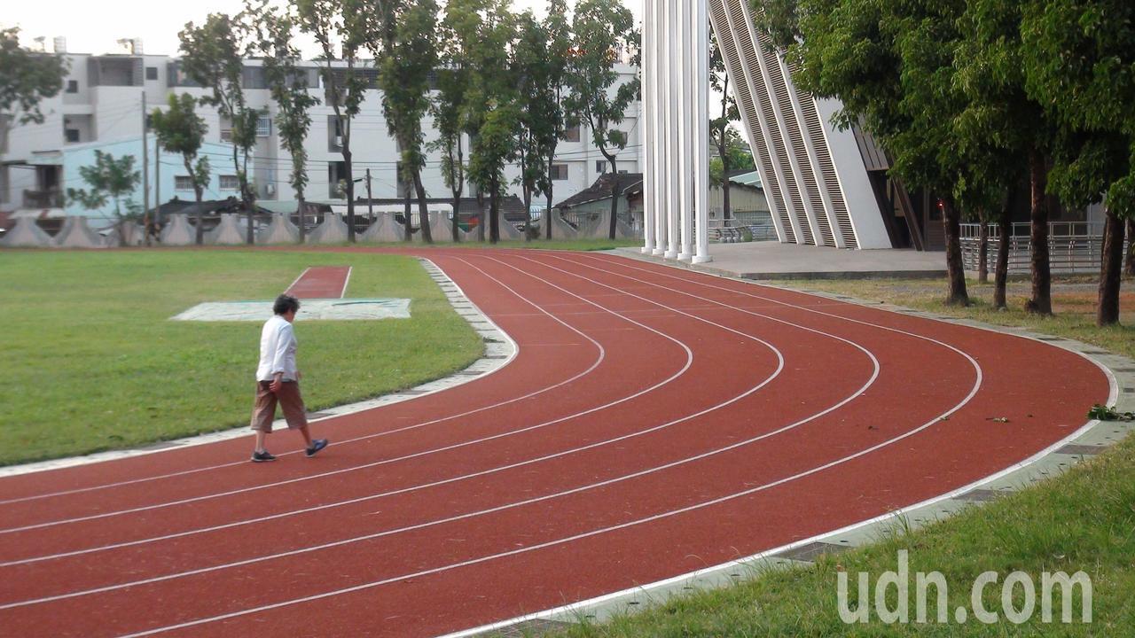 校方表示,當時在上體育課的體適能項目,學生在300公尺操場跑3圈,戴姓學生和老師...