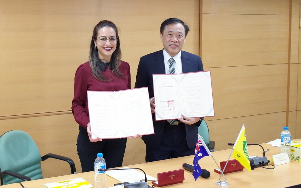 萬能莊暢校長(右)與澳洲南十字星大學Juna Ferrett簽約締結姊妹校。圖/...