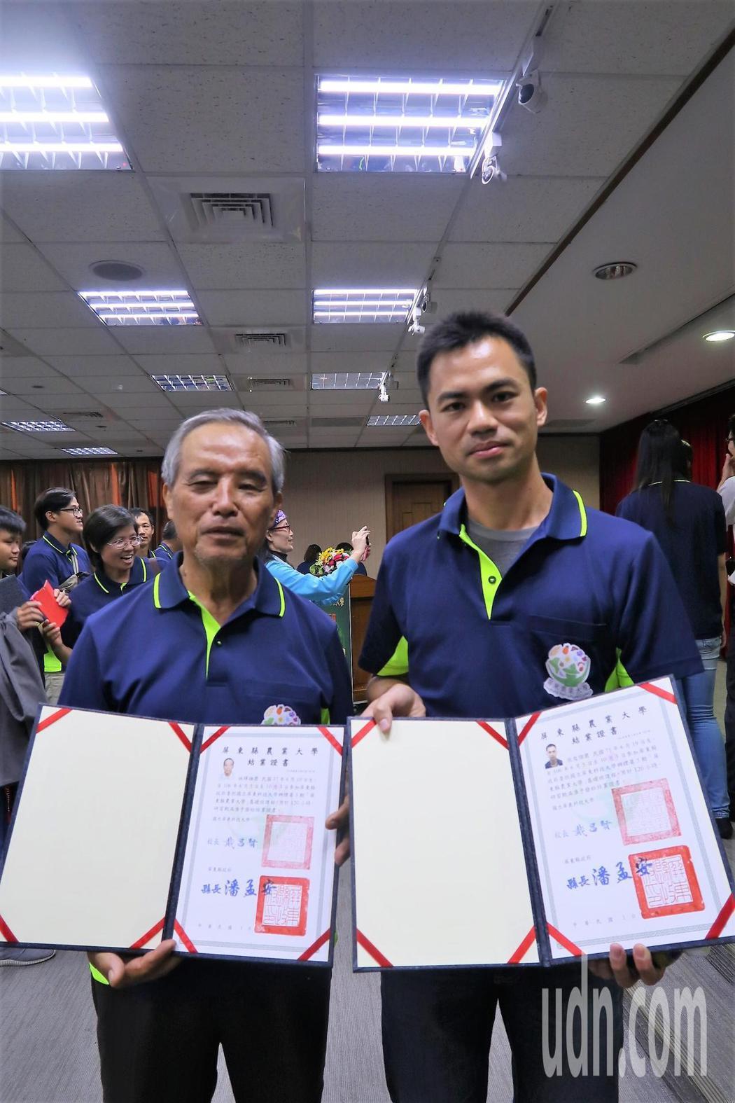 70歲的林輝雄(左)與7年級的張俊傑(右)一起結業。記者翁禎霞/攝影