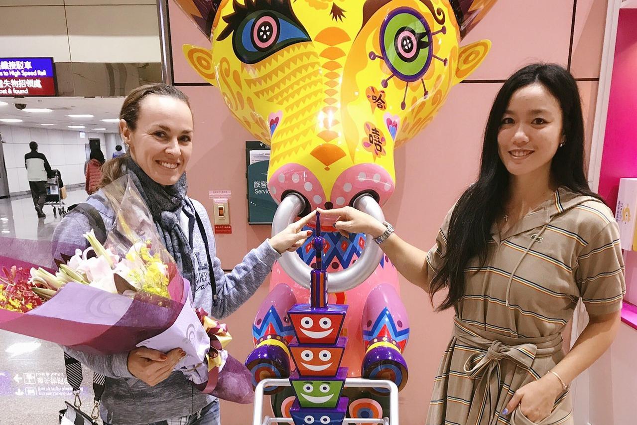 辛吉絲(左)退休後第一站就在詹詠然邀請下到台旅遊。 圖/華研國際提供
