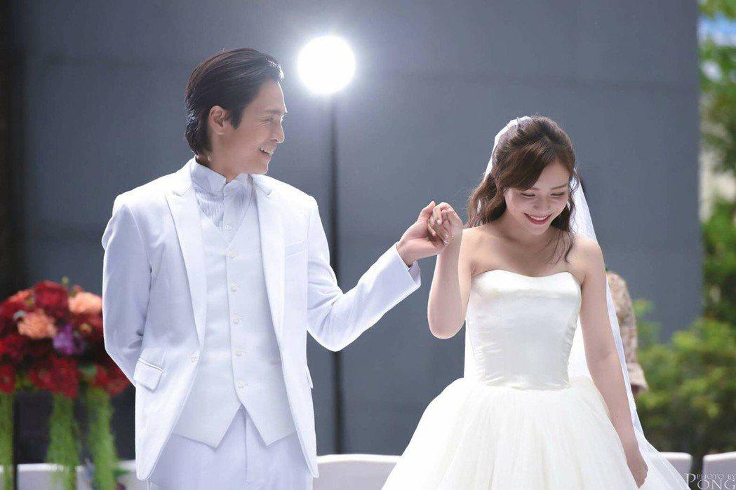 Gino(左)和斯亞穿婚紗拍舞蹈影片。圖/民視提供