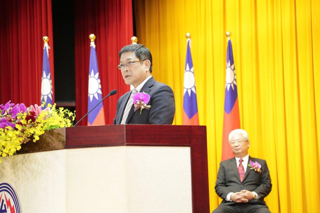 楊偉甫(左)今天接任台電董事長,原董事長(右)朱文成退休。記者張為竣/攝影