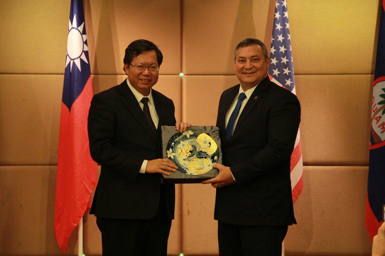 桃園市長鄭文燦(左)今天會面關島總督艾迪巴薩卡佛等人,兩人都希望促進台灣與關島彼...