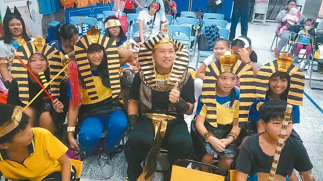 坪林國小師生共同籌備戲劇,全身上下的服裝與道具都是自製,圖為師生扮演埃及角色。 ...