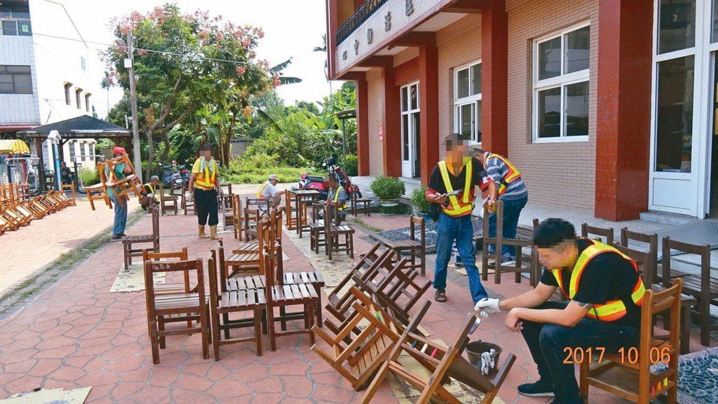 南投地檢署安排12名服社會勞動役的受刑人修理殘破桌椅,再分送給弱勢家庭,深獲好評...