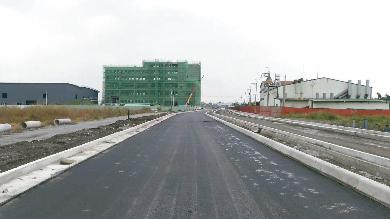 和發產業園區大發基地標竿產業區的30米道路已完工,可供購地廠商營運使用。 圖/高...