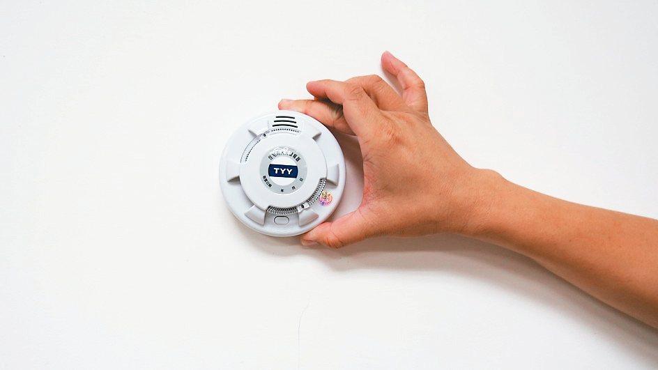 住宅用警報器在火災初期發出80分貝以上聲響,叫醒民眾逃生避難。 記者范榮達/攝影