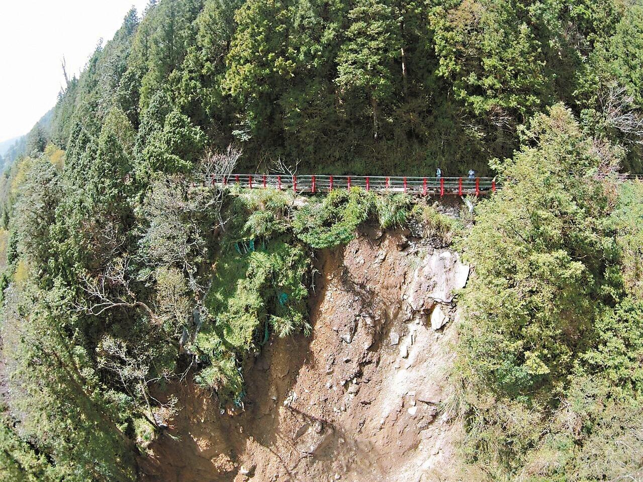 颱風過後,太平山蹦蹦車軌道路基坍塌。 圖/羅東林管處提供