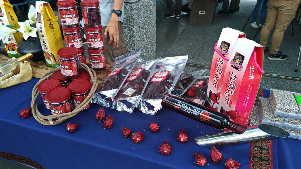 艷紅飽滿的洛神花是排灣族最重要的原民作物之一。 記者潘俊偉/攝影
